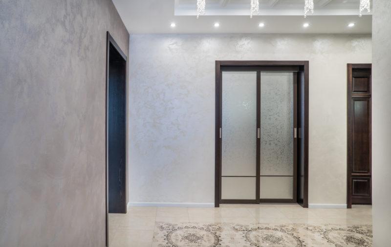 Краска с эффектом песка в интерьере холла квартиры фото