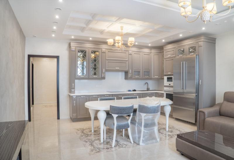 Белая штукатурка под шелк в кухне - гостиной квартиры фото интерьера