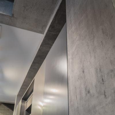 Декоративная краска с эффектом металла в интерьере кухни фото
