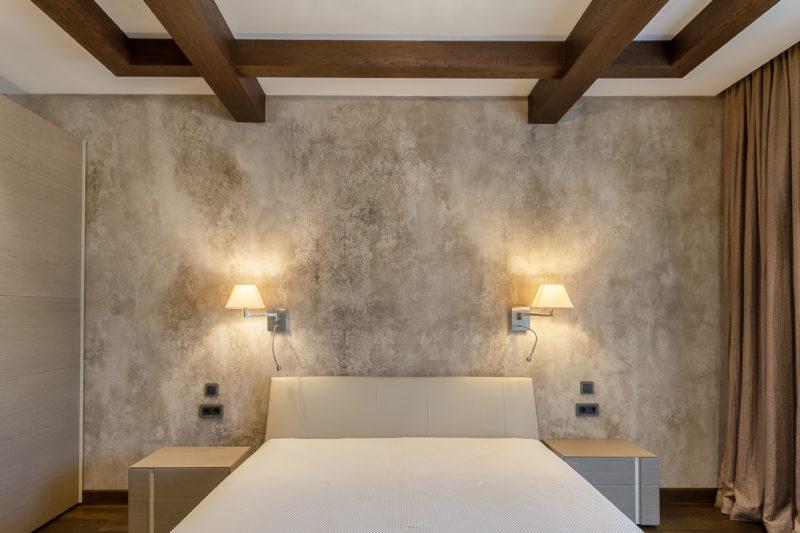 Декоративная штукатурка стены в спальне