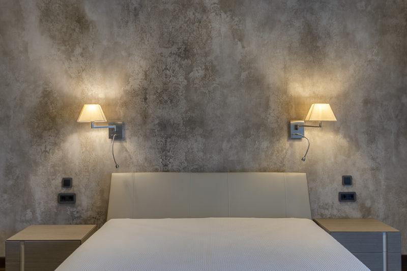 Отделка стен спальни декоративной штукатуркой