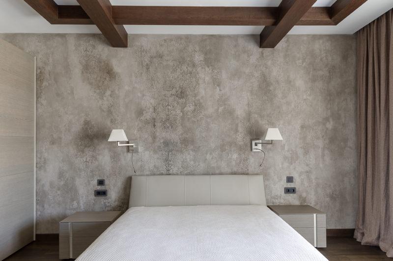 Декоративная штукатурка с эффектом старины в спальне