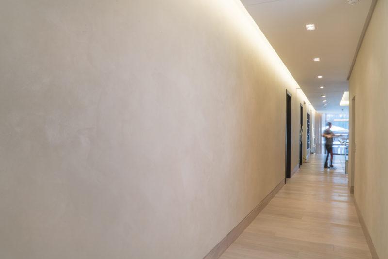 Отделка интерьера коридора декоративной краской под бархат