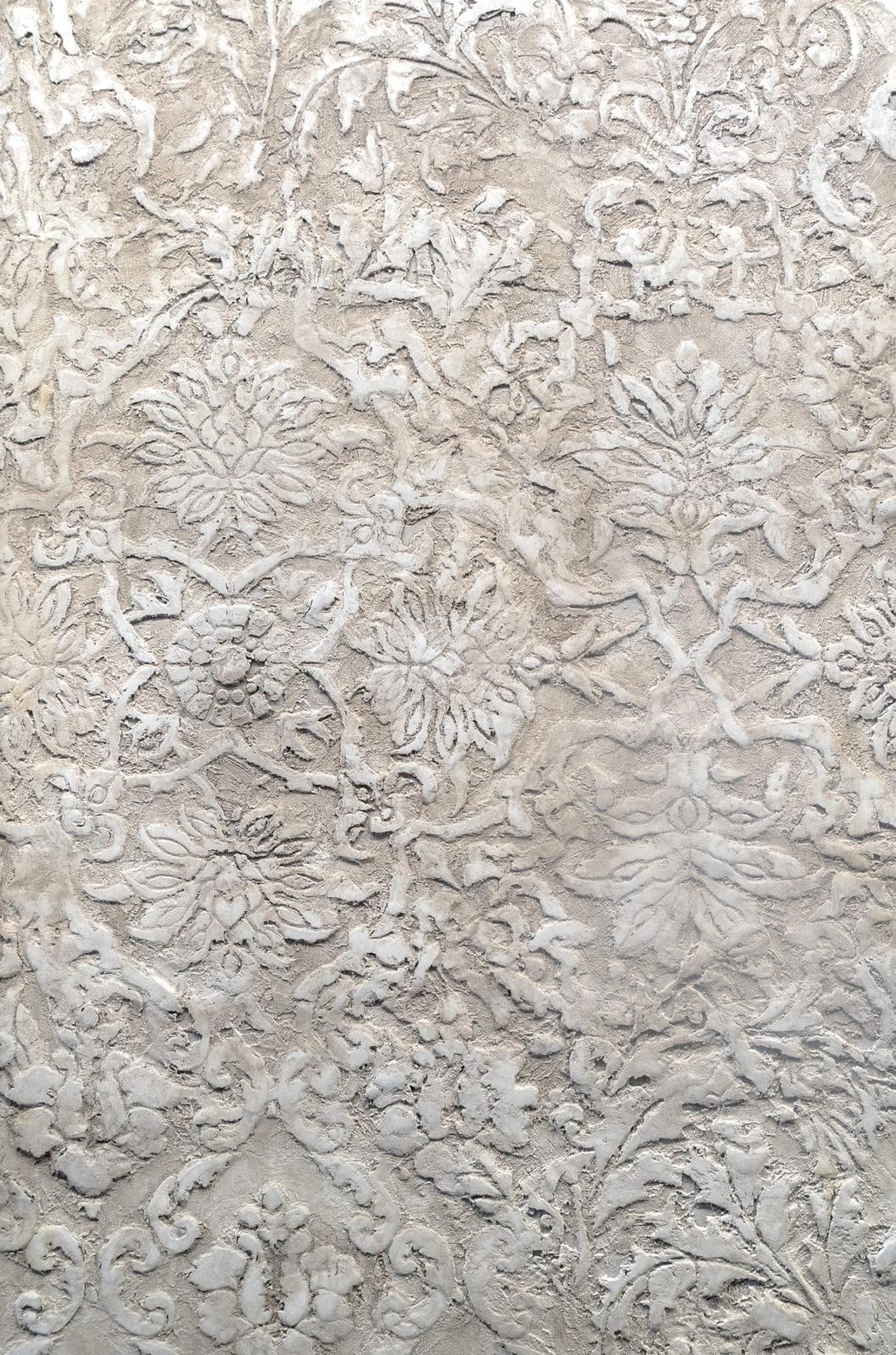 стены в декоративной штукатурке с трафаретом фото