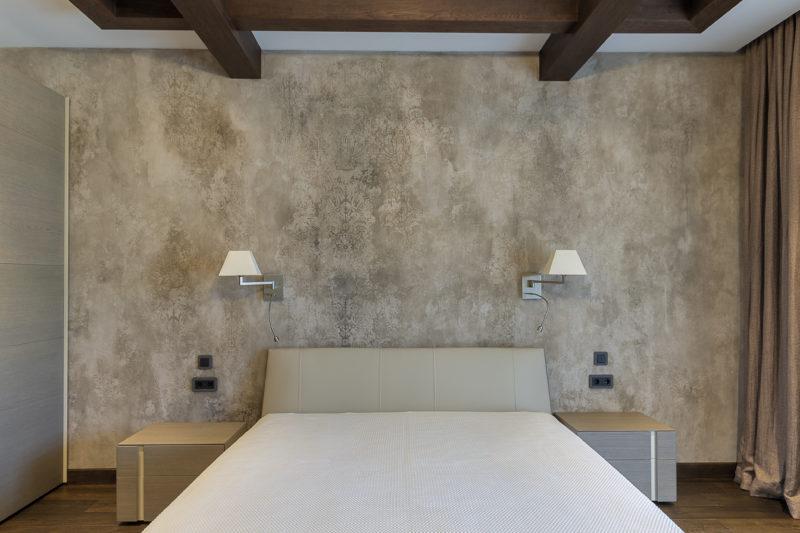 Винтажная декоративная штукатурка в интерьере спальни