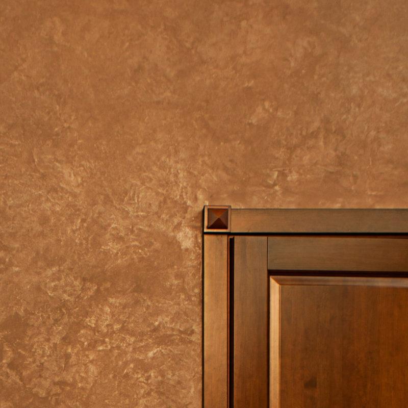 ЗЖамша на стенах холла в квартире