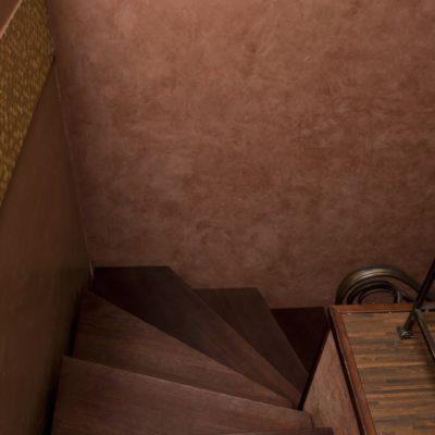 Декоративное покрытие под замшу бархат на лестнице в коридоре квартиры.