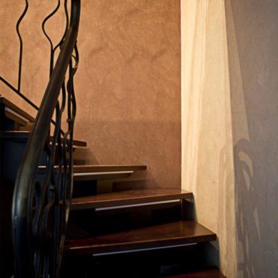 Декоративное покрытие под замшу на лестнице квартиры