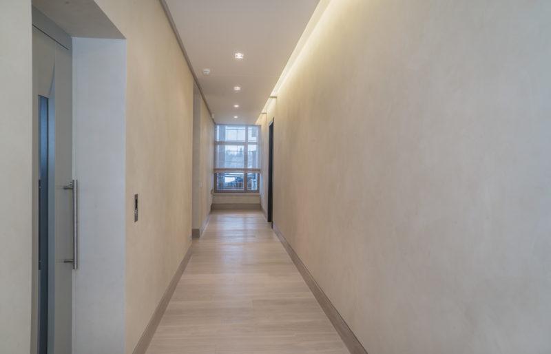 Декоративная краска под шелк в коридоре дома