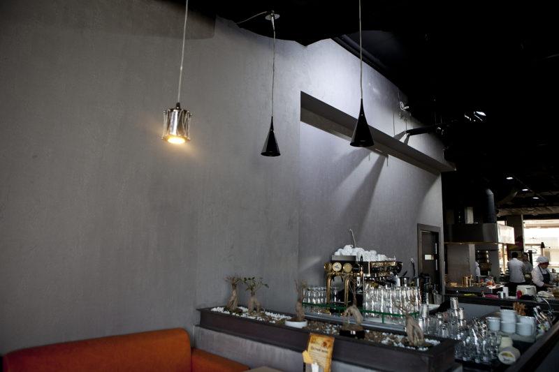 Штукатурка под бетон в кафе фото