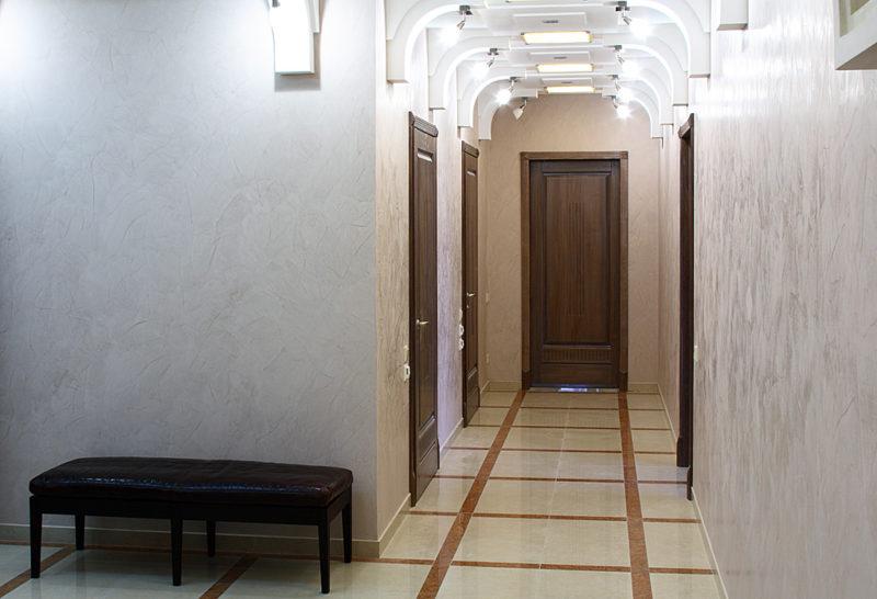 Декоративная штукатурка под мрамор в коридоре