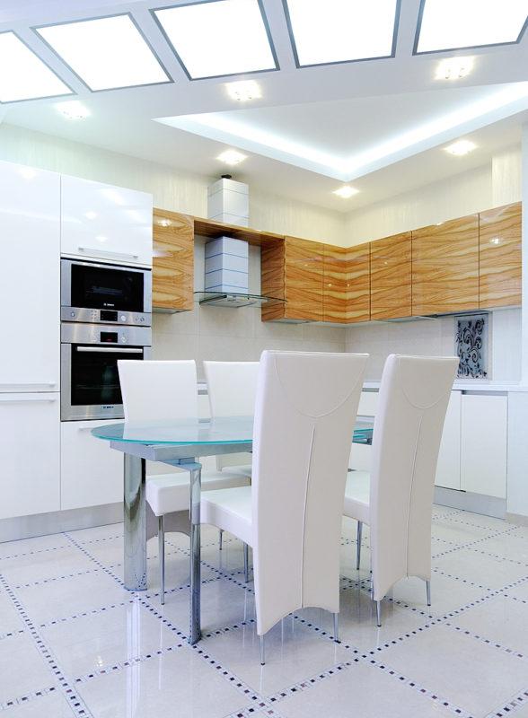 Белая декоративная штукатурка в интерьере кухни