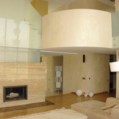Штукатурка под травертин в гостиной фото интерьера