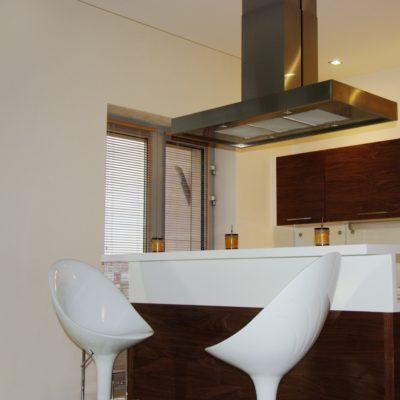 Белая декоративная штукатурка на кухне фото интерьера