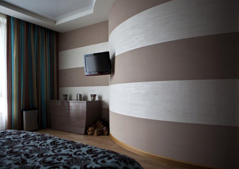 Матовая декоративная штукатурка полосами в спальне фото интерьера