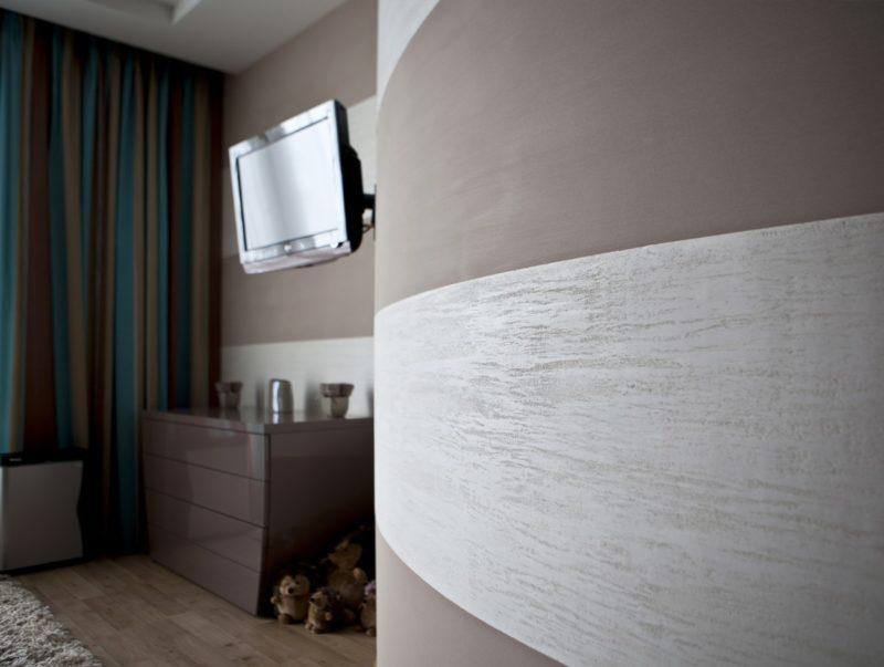 Полосы из штукатурки под травертин и матовой краски на стене спальни