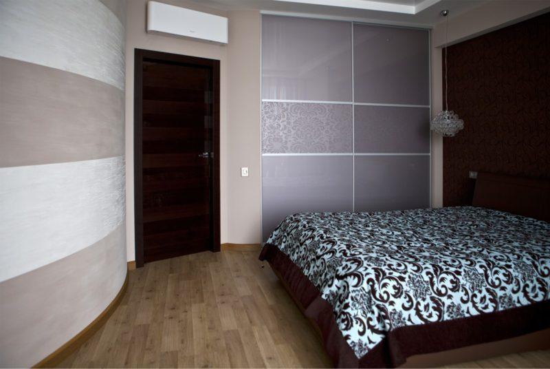 Декоративная штукатурка полосы в спальне