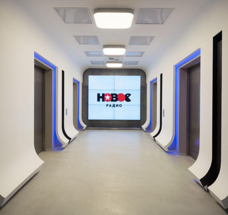 Микробетон на полу в коридоре офиса Новое Радио