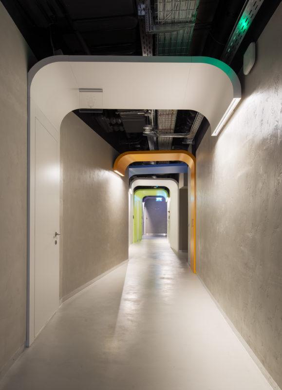 Микробетон на полу и микроцемент на стенах в коридоре офиса Новое Радио