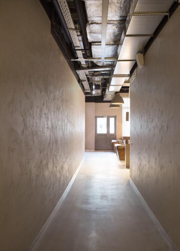 Микробетона на полу и стенах общественного коридора
