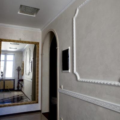 Декоративное покрытие под замшу в коридоре квартиры