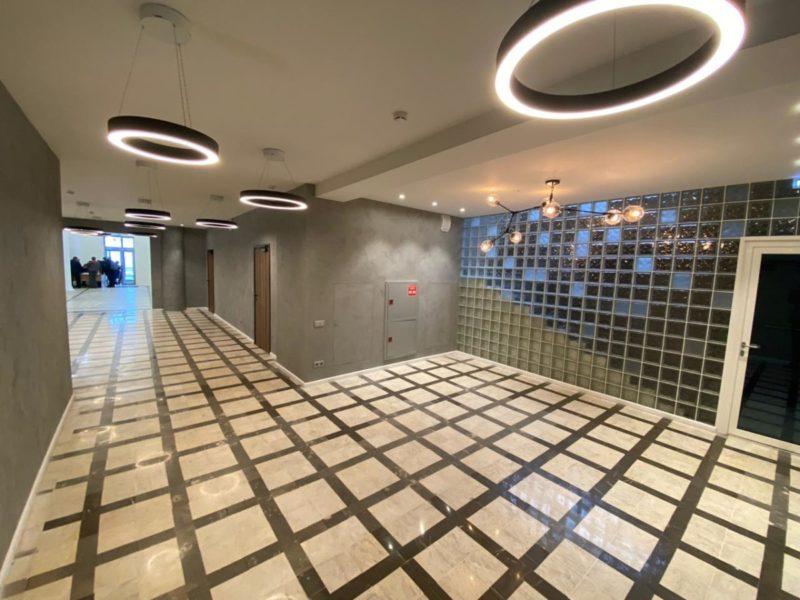 Штукатурка под бетон в интерьере холла