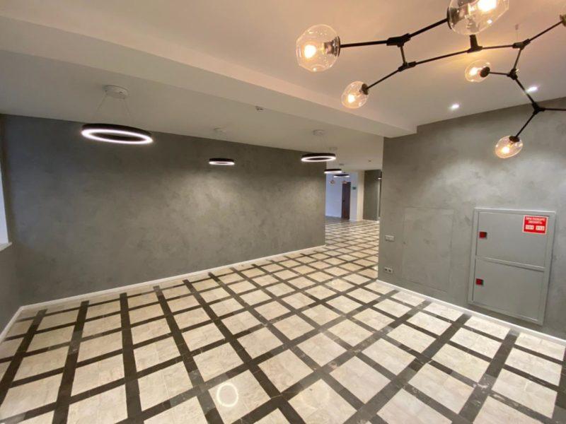 Штукатурка под бетон Италия в интерьере коридора холла НИИ