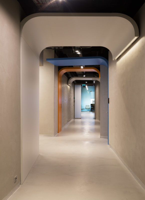 Микроцемент на полу в коридоре офиса