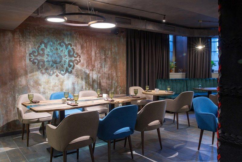Уютный интерьер ресторана с декоративной отделкой стен