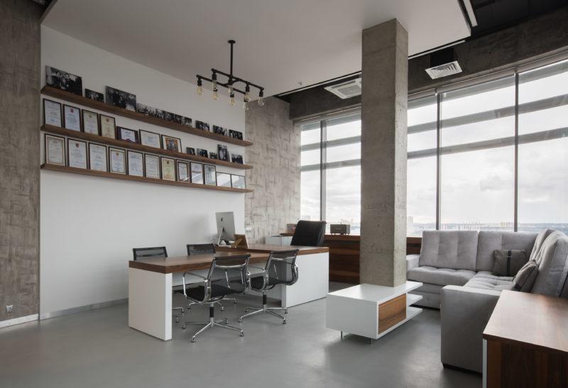 Микробетона на полу и стенах офиса в интерьере
