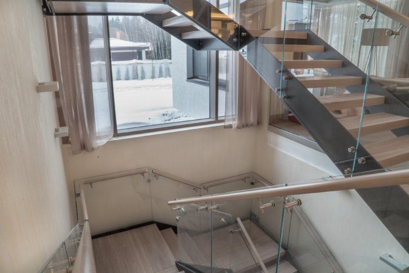 Штукатурка под травертин Италия на лестнице в интерьере холла частного дома.