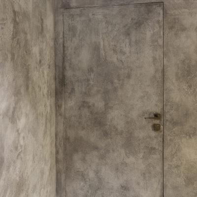Декоративная штукатурка на скрытой двери