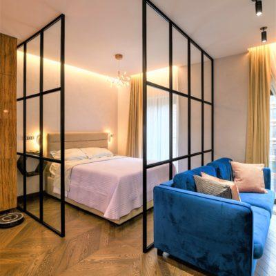 Декоративная отделка стен спальни в студии фото интерьера