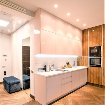 Белая декоративная штукатурка в квартире-студии зона прихожей фото