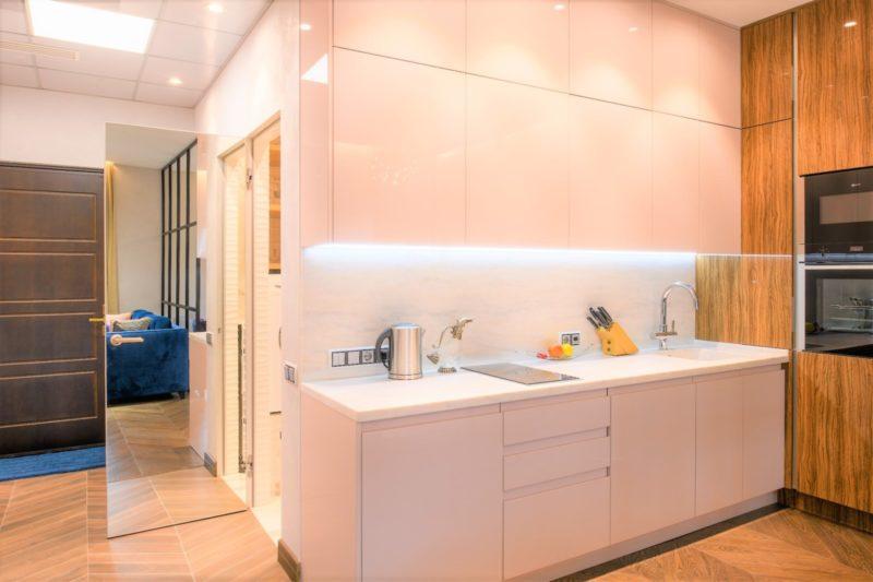 Белая минеральная штукатурка в кухне-прихожей квартиры студии фото