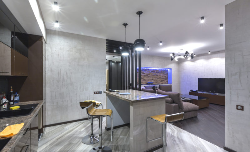 Декоративное покрытие Metal Core в кухне -гостиной фото интерьера