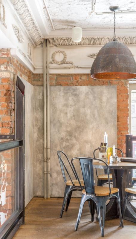 Декоративная отделка стен ресторана под старину