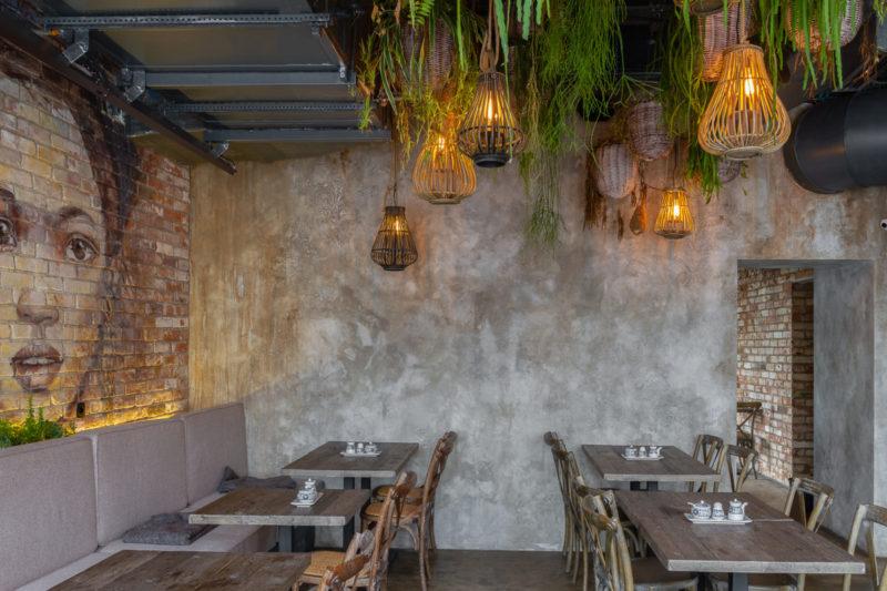 Штукатурка с эффектом состаренных стен в ресторане фото