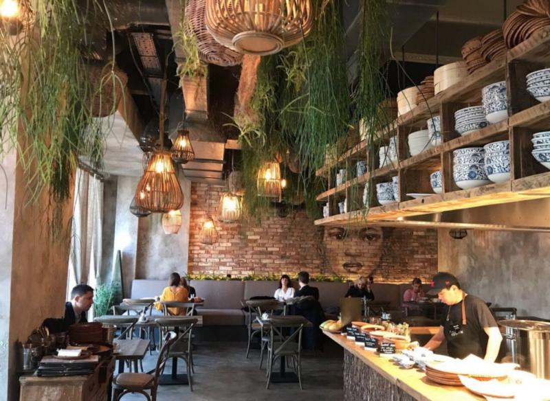 Китайский ресторан с отделкой стен под старину фото интерьера