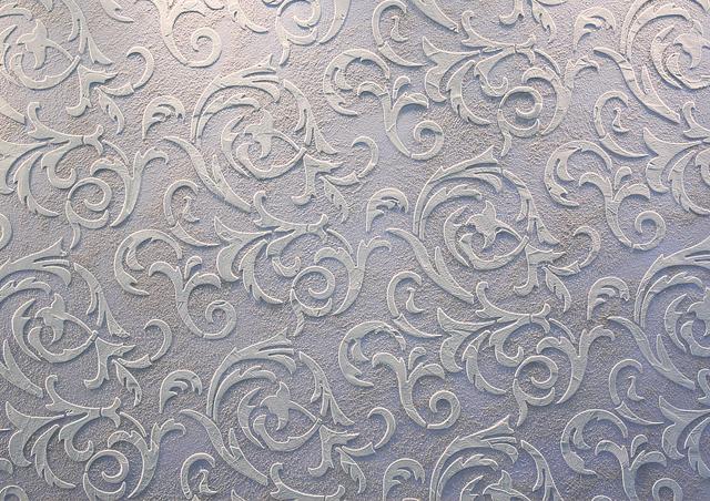 Белый трафарет из декоративной штукатурки