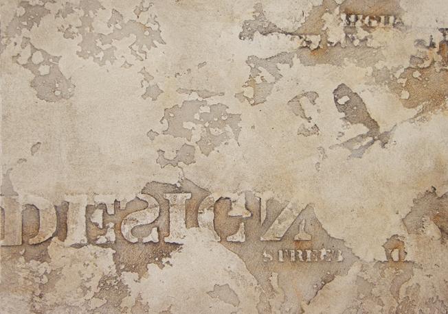 Фактурная штукатурка с надписями и ржавчиной