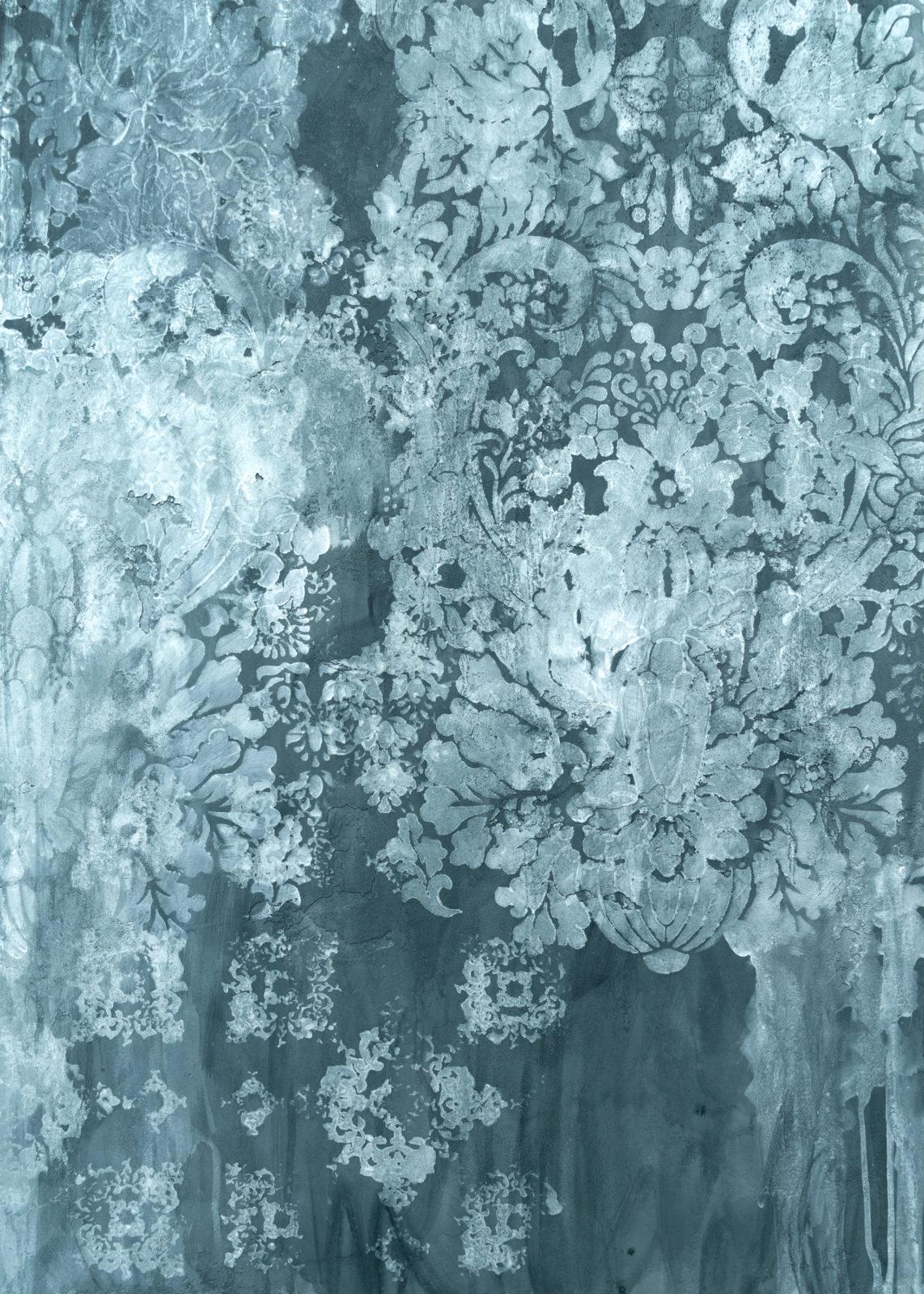 Декоративная авторская фактура, создающая эффект старинной стены, сочетание различных паттернов трафаретов, и подтеков.