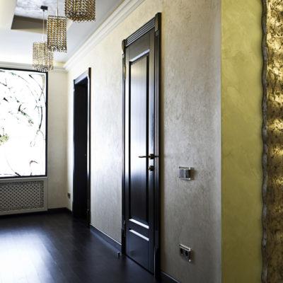 Краска под шелк в коридоре квартиры