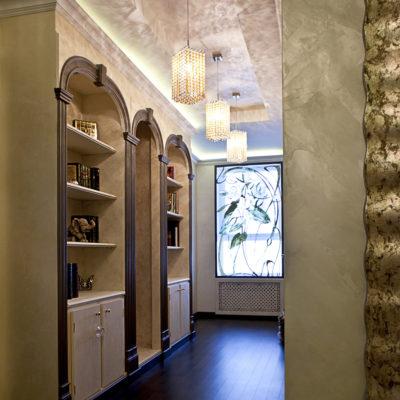 Декоративное поерытие под шелк в коридоре квартиры