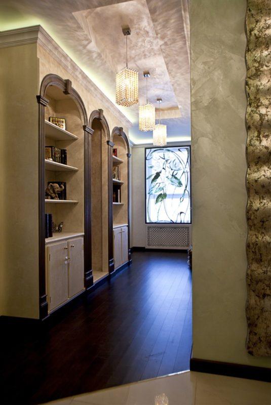 Декоративная штукатурка под шелк в коридоре квартиры